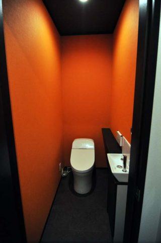シックな内装のトイレ