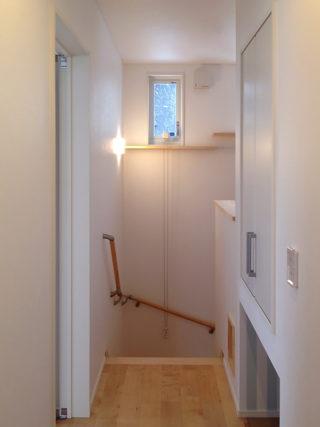 階段そばの収納スペース