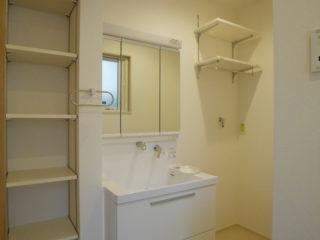 可動棚が便利な脱衣室
