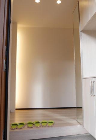 照明の柔らかな光が迎える玄関