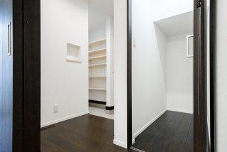玄関土間収納と階段下物入れ